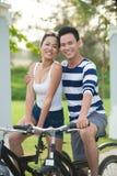 Par på cyklar arkivbilder