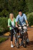 Par på cyklar Royaltyfri Fotografi