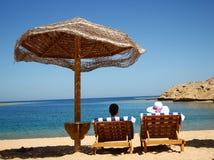 Par på deckchairs vid havet Royaltyfri Foto