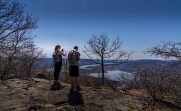 Par på den fotvandra slingan förbiser Hudson River Arkivbilder