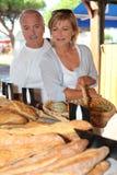 Par på den lokala marknaden Fotografering för Bildbyråer