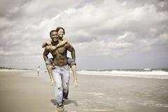 Par på den retro semestern - royaltyfria bilder