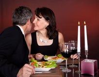 Par på den romantiska matställen i restaurang Arkivbild