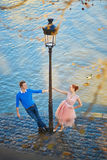 Par på den Seine invallningen i Paris royaltyfria bilder