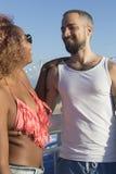 Par på den soliga stranden i sommarsemester royaltyfria bilder
