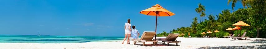 Par på den tropiska stranden Royaltyfri Fotografi