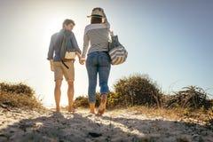 Par på en ferie som går på stranden royaltyfri bild