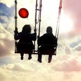 Par på en gungbräde Inspiration, förälskelse och drömmar arkivbild