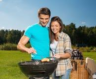 Par på en picknick Fotografering för Bildbyråer