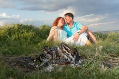 Par på en picknick Picknick för par för regn lyckliga par som är förälskade på en picknick med brasan pargyckel som har isolerat  Fotografering för Bildbyråer