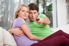 Par på en soffa royaltyfria bilder