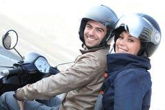 Par på en sparkcykel royaltyfri foto