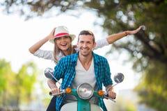 Par på en sparkcykel Fotografering för Bildbyråer