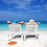 Par på en strand royaltyfria foton