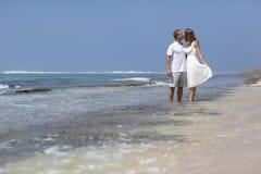 Par på en strand Fotografering för Bildbyråer