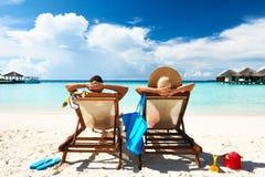 Par på en strand Arkivfoton