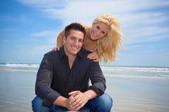 Par på en strand royaltyfria bilder