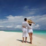 Par på en strand på Maldiverna royaltyfri fotografi