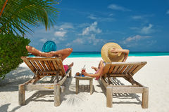 Par på en strand på Maldiverna Arkivbild