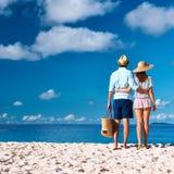Par på en strand på Seychellerna Royaltyfri Bild