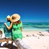 Par på en strand på Seychellerna Arkivbild