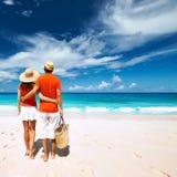 Par på en strand på Seychellerna Fotografering för Bildbyråer