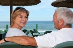 Par på en strandcafe Arkivbild