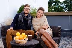 Par på en terrass royaltyfri foto