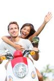 Par på förälskat lyckligt för sparkcykel tillsammans Royaltyfria Foton