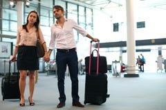 Par på flygplatsen Fotografering för Bildbyråer