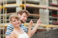 Par på framdel av det nya huset för delshus för gods försäljning för hyra verklig Royaltyfria Bilder