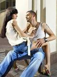 Par på gatan på sommaren Arkivfoton