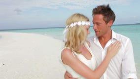 Par på härligt strandbröllop stock video