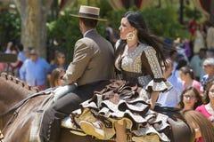 Par på hästrygg på mässan Arkivfoto