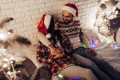 Par på helgdagsafton för ` s för nytt år arkivbild