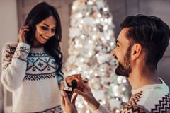 Par på helgdagsafton för ` s för nytt år arkivbilder
