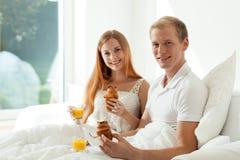 Par på hotellrum Royaltyfria Bilder