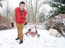 Par på kälken med julgåvor Arkivbild