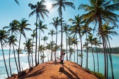 Par på kokospalmkullen i Mirissa, Sri Lanka royaltyfri bild