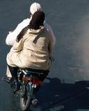 Par på mopeden royaltyfri bild