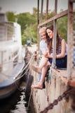 Par på pir Arkivfoto