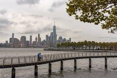 Par på promenad med NY-stadshorisont i bakgrund Arkivbilder