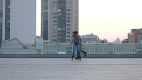 Par på rollerblades i stad lager videofilmer
