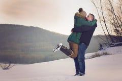 Par på romantisk vinter går Fotografering för Bildbyråer