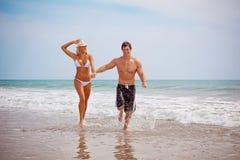 Par på semester på stranden royaltyfria foton