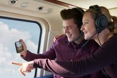 Par på semestern som tar ritt i helikopter Royaltyfri Foto