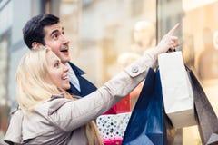 Par på shoppar fönstret som gör att shoppa för jul Royaltyfri Bild