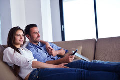 Par på soffan Fotografering för Bildbyråer