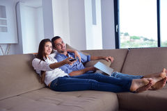 Par på soffan Royaltyfri Foto
