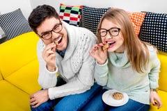 Par på soffan hemma arkivfoto